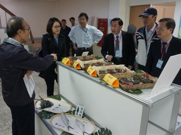 陳副主委(左起)、本所陳所長、葉信利主任及龔政委於巡場時討論漁電共生試驗成果