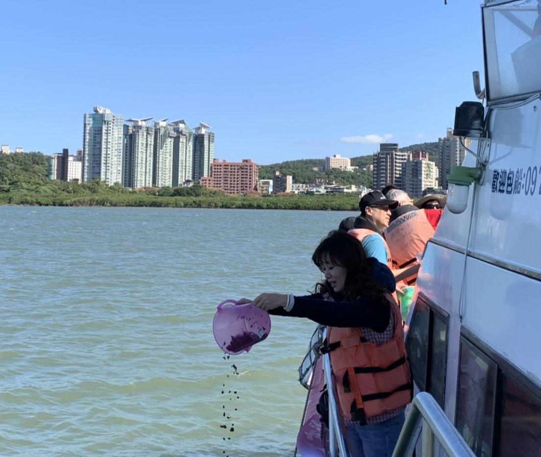 淡水區漁會放流文蛤苗,為資源保育盡心力